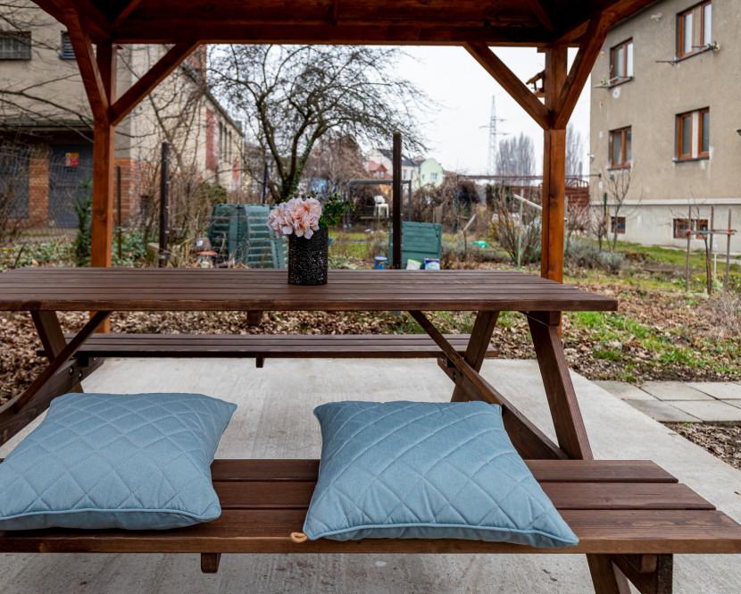 Cihlový byt 2+1 se zahradou, dílna, velký sklep